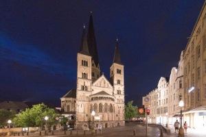Das Bonner Münster bei Nacht.