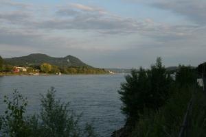Blick von Rheinufer aufs Siebengebirge.