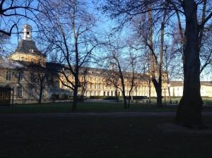 Von außen stattlich anzusehen - das Universitäts-Huaptgebäude.