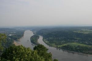 """Der Blick hinunter ins Rheintal. Hier findet ihr die """"Magie hinter den sieben Bergen""""."""