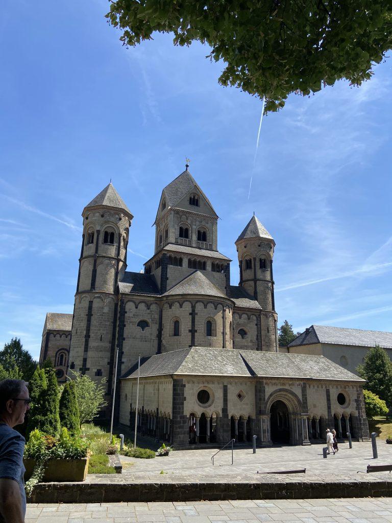 Kirche des Klosters in Maria Laach vor sonnigem Himmel.