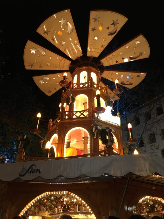 Eine lebensgroße Weihnachtspyramide auf dem Bonner Weihnachtsmarkt.