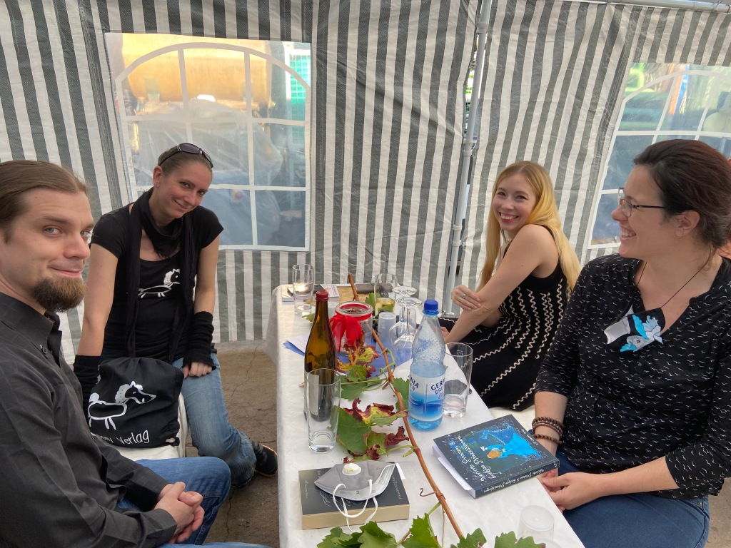 Biergarnitur mit vier Personen: Nicolas von Szadkowski (Autor), Sandra vom Chaospony Verlag, Nicolas' Partnerin Kat, Verlagsfee Dani.
