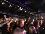 Zum Schluss ging es noch einmal in den Jugendtreff, wo das Publikum inzwischen ein wenig aufgetaut war.