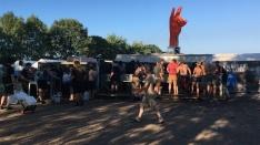 Metal-Fans in freier Wildbahn versammeln sich am Wasserloch.