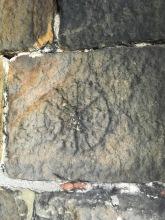 Mysteriöse Zeichen, die in die Steine geritzt wurden.