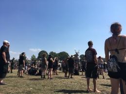 Metal-Fans beten einen riesigen Hirsch an.