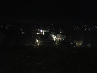 Und so sieht der Ort nachts aus, von oben.